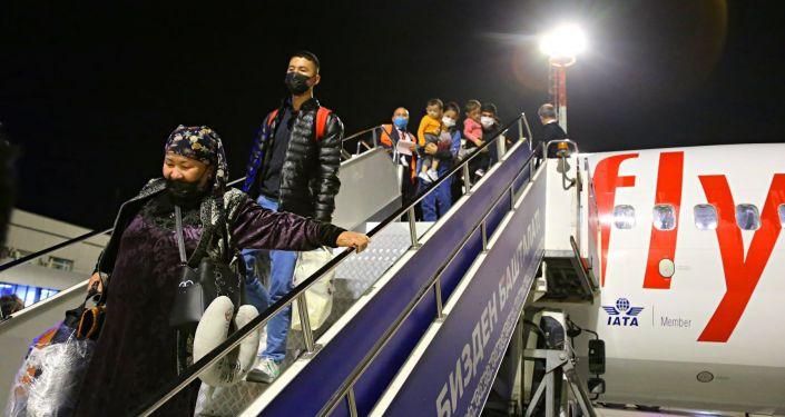 Пассажиры рейса Ош — Стамбул — Ош во время торжественной встречи, в международном аэропорту Ош. 01 октября 2021 года