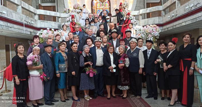 Праздничное чествование супружеских пар, отмечающих юбилейную свадьбу во Дворце бракосочетания в Бишкеке. 01 октября 2021 года