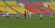 Сотрудники правоохранительных органов во время турнира по футболу на поле стадиона имени Долона Омурзакова в Бишкеке