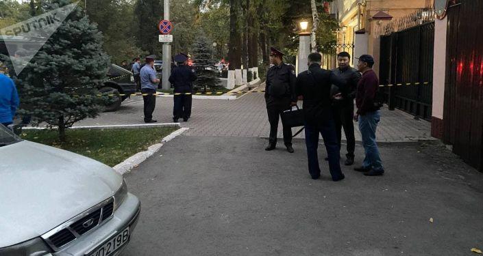 Сотрудники милиции во время оцепления посольства Беларуси в Бишкеке. 01 октября 2021 года
