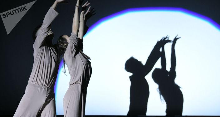 Танцевальный коллектив во время церемонии вручения национальной кинопремии Ак илбирс в кинотеатре Манас в Бишкеке. 01 октября 2021 года