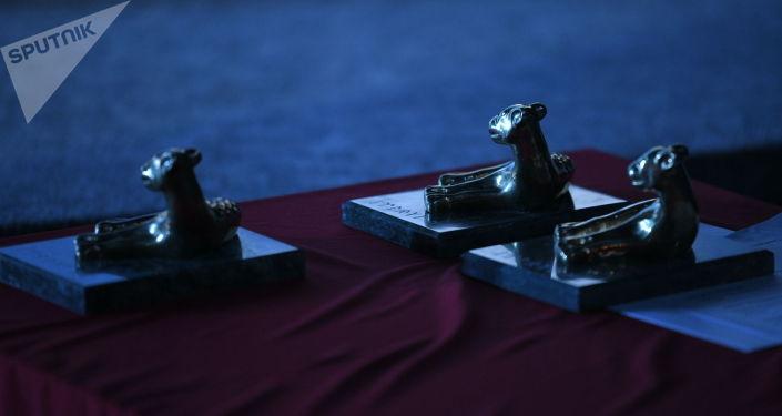 Статуэтка национальной кинопремии Ак илбирс на церемонии вручения в кинотеатре Манас в Бишкеке. 01 октября 2021 года