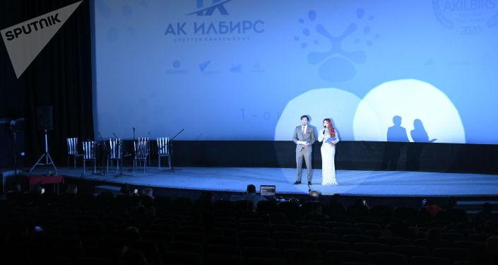 Ведущие национальной кинопремии Ак илбирс во время церемонии вручения в кинотеатре Манас в Бишкеке. 01 октября 2021 года