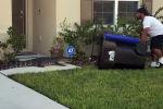 Видео снято во Флориде. 26-летний американец Юджин Боззи занимался своими делами, когда дети сообщили ему, что на заднем дворе появился аллигатор.