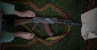 Боевик Талибана кладет свой автомат АК-47 во время пятничной молитвы в мечети в Кабуле (Афганистан). 10 сентября 2021 года