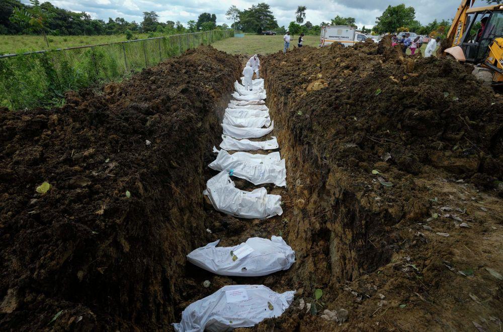 Криминалисттер АКШга баратып Панамадагы Дарьен аймагынан өтүүдө көз жумган мигранттардын тобун жерге берүүдө