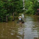 Таиланд. Суу баскан Аюттхая провинциясында келе жаткан аял. Дьянаму шторму өлкөдө суу ташкындарын пайда кылды. Жаратылыштын бул кубулушунан 59 миңге чукул үй-бүлөнүн жабыркаганы айтылды.