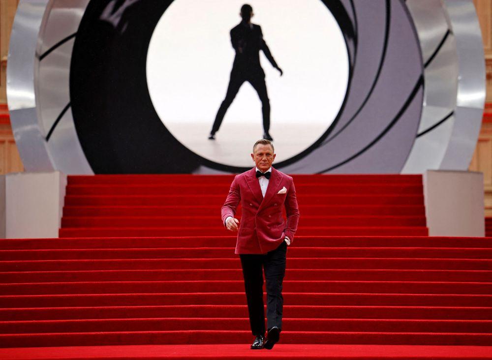 Актер Дэниел Крейг Өлүүгө убакыт жок фильминин Лондондогу премьерасында. Бул Жеймс Бонд тууралуу тартылган 25-кинокартина. Башкы ролду аткарган актер агент 007нин образында басып келе жатат. Бул анын бешинчи жана соңку ролу экендиги айтылды.