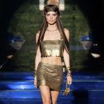 Модель Эмили Ратаковски Fendi by Versace көргөзмөсү учурунда. Миландагы Мода жумалыгы.