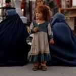 Кабулдан тартылган ирмем. Кичинекей кыз эски буюмдарды саткандардын жанында турат.