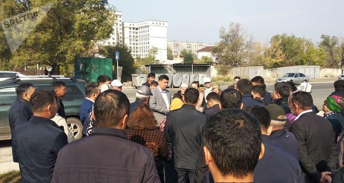 Мэр Бишкека Айбек Джунушалиев во время встречи с жителя жилмассива Нижнего Токольдоша. 04 октября 2021 года