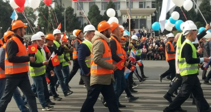 Парад на центральной площади Оша во время празднования дня города