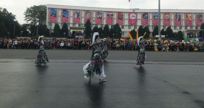 Концерт на центральной площади Оша во время празднования дня города