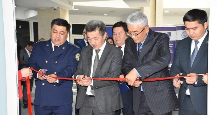 Церемония перерезания ленты во время открытия еще одного центра бесплатной юридической помощи в Бишкеке. 05 октября 2021 года
