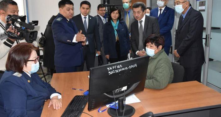 Прием граждан в центре бесплатной юридической помощи во время открытия в Бишкеке. 05 октября 2021 года