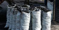 Мешки с углями. Архивное фото