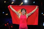 Айсулуу Тыныбекова с флагом кр после победы над американкой на чемпионате мира в Осло