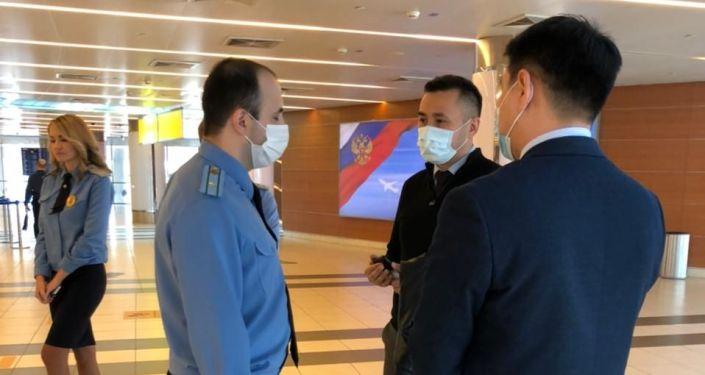 Проверка сотрудниками ФСБ кыргызстанцев в международном аэропорту Шереметьево в Москве. 07 октября 2021 года