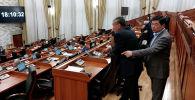 Депутаты прямо на камеру грубо нарушали регламент, голосуя за отсутствовавших коллег. Они говорили, что отдают голос по доверенности, однако при изменении конституционных законов это запрещено.