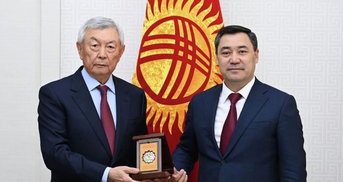 Президент Садыр Жапаров с президентом НАО Фонд Отандастар Нуртаем Абыкаевым. 07 октября 2021 года