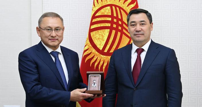 Президент Садыр Жапаров с руководителем представительства президента РК в парламенте Бейбитом Исабаевым. 07 октября 2021 года