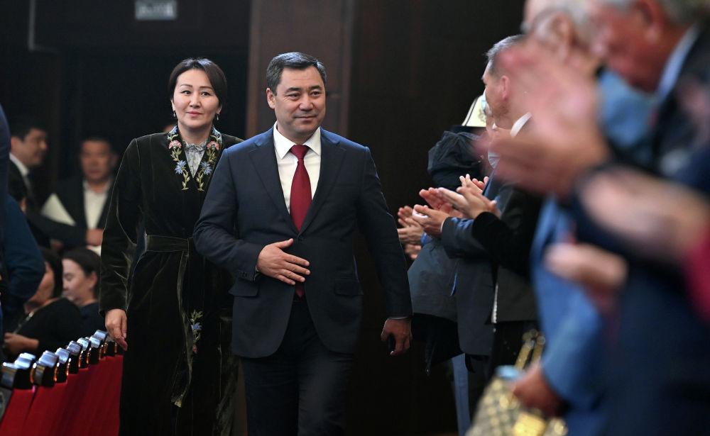 Президент Садыр Жапаров вместе с супругой на гала-концерте, посвященный официальному открытию Дней культуры Казахстана в Кыргызстане. 07 октября 2021 года