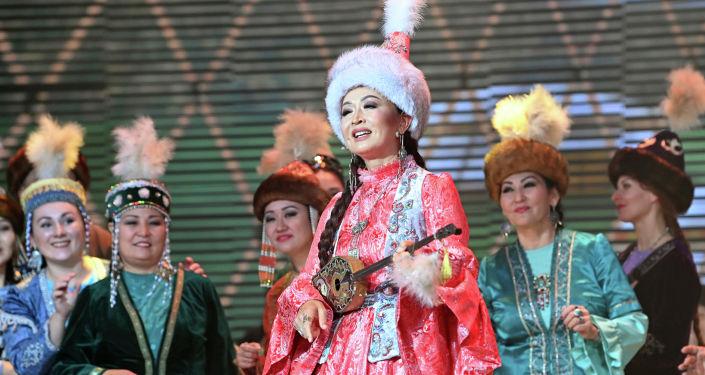Казахская певица Нуржамал Усенбаева во время выступления на гала-концерте, посвященный официальному открытию Дней культуры Казахстана в Кыргызстане. 07 октября 2021 года