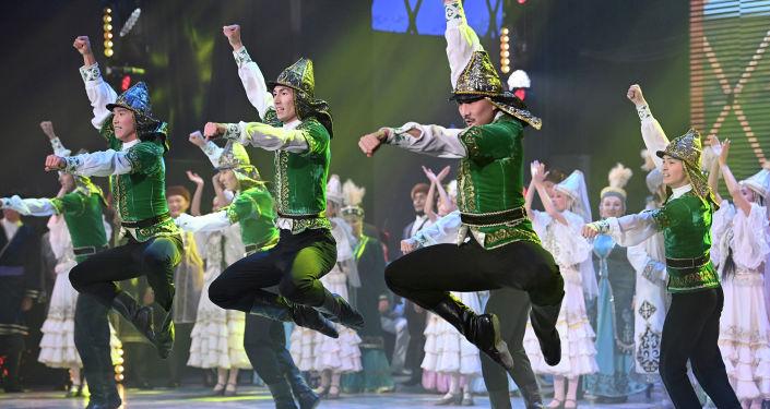 Казахские танцоры во время выступления на гала-концерте, посвященный официальному открытию Дней культуры Казахстана в Кыргызстане. 07 октября 2021 года