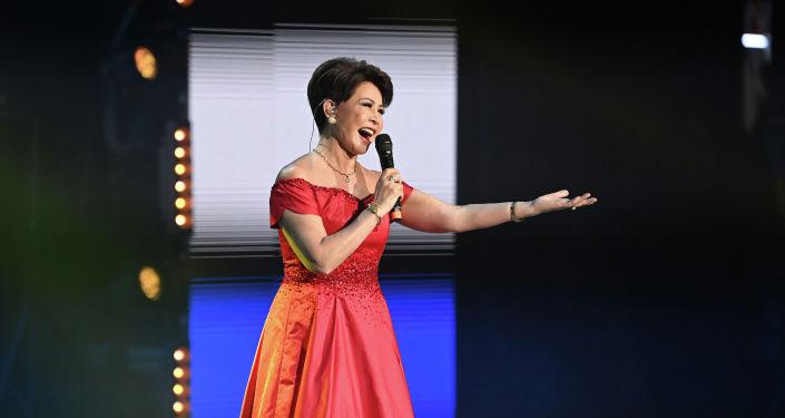 Казахская певица Роза Рымбаева во время выступления на гала-концерте, посвященный официальному открытию Дней культуры Казахстана в Кыргызстане. 07 октября 2021 года