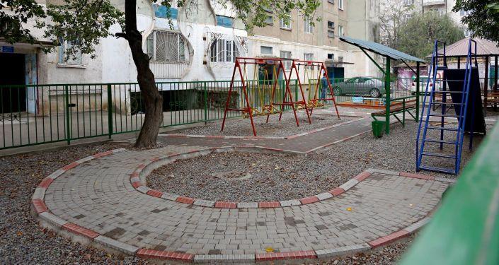 Двор жилого дома после улучшения инфраструктуры микрорайонов в Оше. 07 октября 2021 года