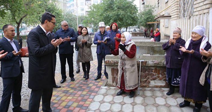 Мэр города Ош Алмаз Мамбетов во время улучшения инфраструктуры микрорайонов в Оше. 07 октября 2021 года