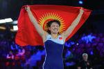Мээрим Жуманазарова с флагом КР после победы над японкой на чемпионате мира в Осло