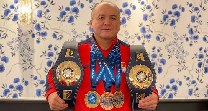 Тренер женской сборной по борьбе Нурбек Изабеков на чемпионате мира в Осло