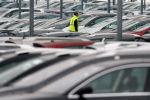 Сотрудник Peugeot Citroen выстраивает машины на парковке в Маркольсхайме (Франция). Архивное фото