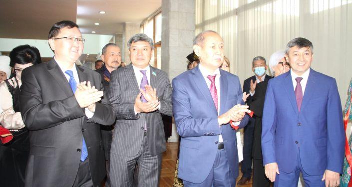 Министр культуры, информации, спорта и молодежной политики Кайрат Иманалиев на выставке, посвященной дням культуры Казахстана в Кыргызстане, в музее изобразительных искусств в Бишкеке. 08 октября 2021 года