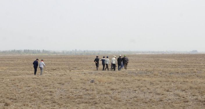 Люди во время выделения земель пострадавшим от наводнения, в селе Бургонду Баткенской области. 08 октября 2021 года