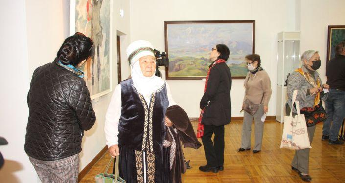 Посетители в национальном музее изобразительных искусств, на выставке в рамках Дней культуры РК в Бишкеке. 09 октября 2021 года