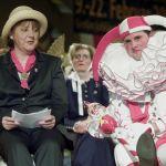 Ангела Меркель сидит рядом с шутом на карнавальном Суде дурака в Штокахе недалеко от Боденского озера на юге Германии. Карнавальная традиция насчитывает более 650 лет.