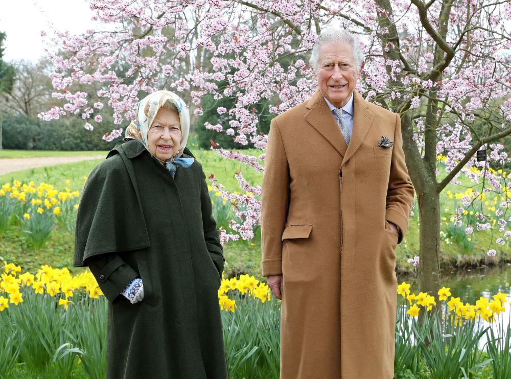 Елизавета II и принц Чарльз позируют в весеннем саду Фрогмор-хаус в Виндзоре (Англия)