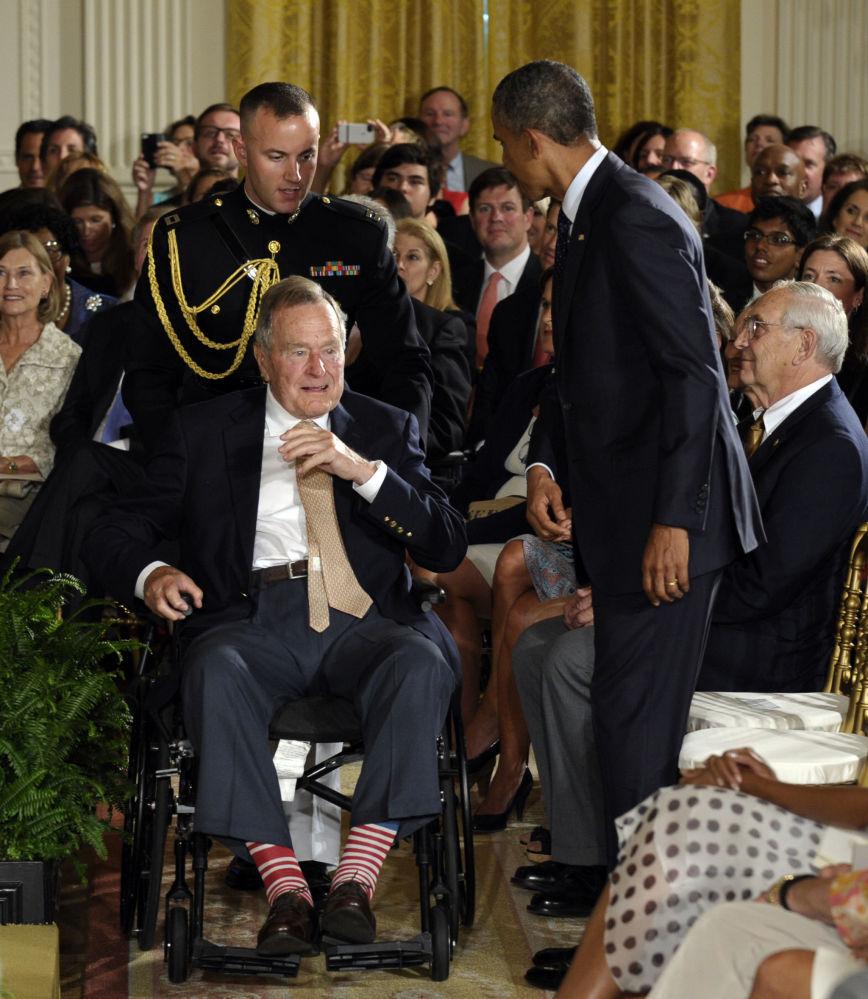 Экс-президент США Джордж Буш-старший явился на официальную церемонию награждения волонтерской организации в носках с патриотическим принтом