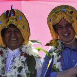 Бывший президент Боливии Эво Моралес и вице-президент Альваро Гарсиа Линера позируют в традиционных шляпах
