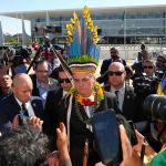 Президент Бразилии Жаир Болсонару в индейском головном уборе во время встречи с коренными народами на Poderes Plaza в Бразилиа