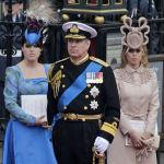 Британский принц Эндрю и его дочери, принцесса Евгения и Беатрис, покидают Вестминстерское аббатство в Лондоне