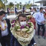 Президент Франции Эммануэль Макрон в ожерельях с цветами и ракушками прибыл на атолл Манихи, расположенный в 500 километрах к северо-востоку от Таити в Тихом океане.