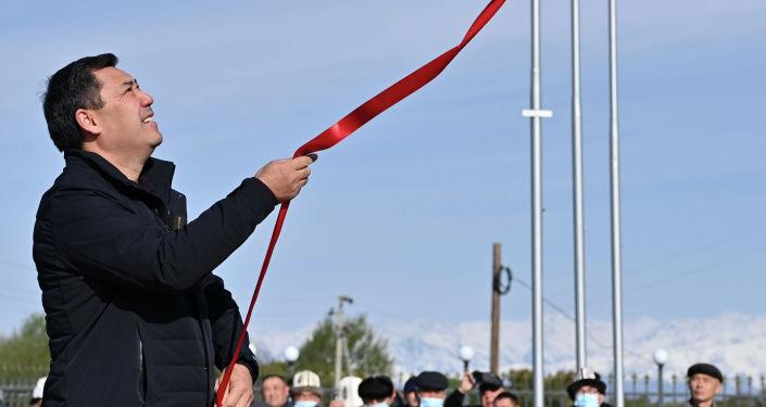 Президент Садыр Жапаров во время открытия памятника народному герою Бирназару Алдаш уулу. 09 октября 2021года