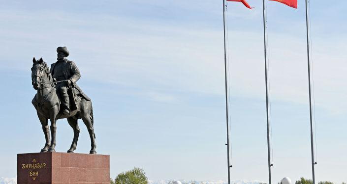 Памятник народному герою Бирназару Алдаш уулу во время открытия президентом КР. 09 октября 2021года