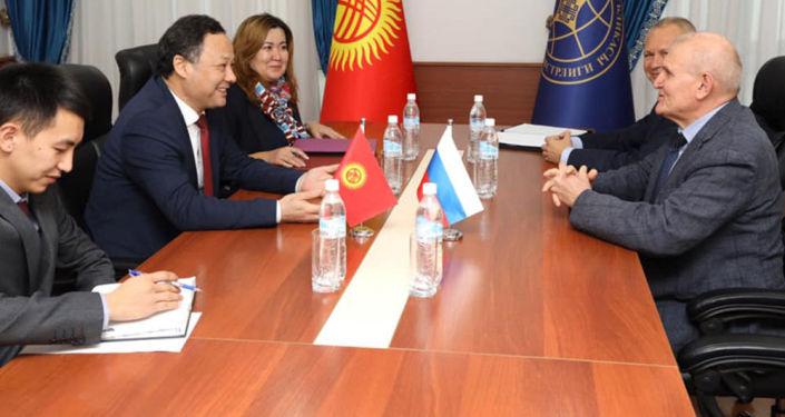 Министр иностранных дел Кыргызстана Руслан Казакбаев во время встречи с послом России Николаем Удовиченко. 09 октября 2021 года