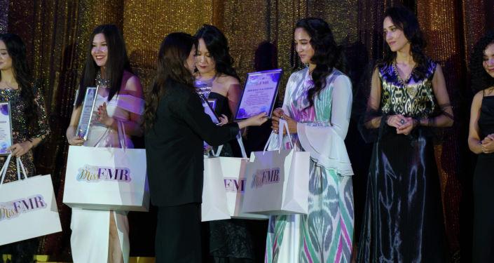 Награждение участниц и победителей конкурса красоты среди девушек-мигрантов в Москве, организованной Федерацией мигрантов