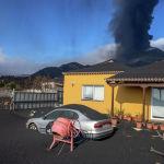 Пепел покрывает дом, машину и сад после извержения вулкана на канарском острове Ла Пальма (Испания). 04 октября 2021 года