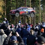 Отт Тянак из Hyundai и штурман Мартин Ярвеоя на чемпионате мира по ралли в Финляндии